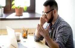 un client mécontent donne souvent du fil à retordre aux agents. Il faut savoir le gérer, mais comment s'y prendre via un téléphone? La réponse dans cet article.